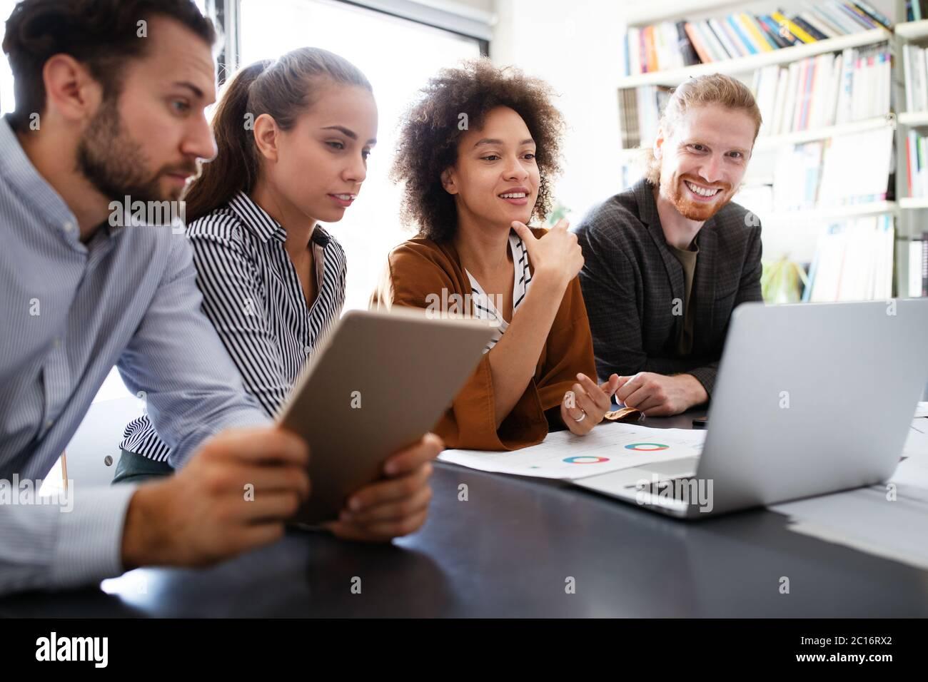 Les programmeurs de coopérer à l'entreprise de technologie de l'information réflexion Banque D'Images