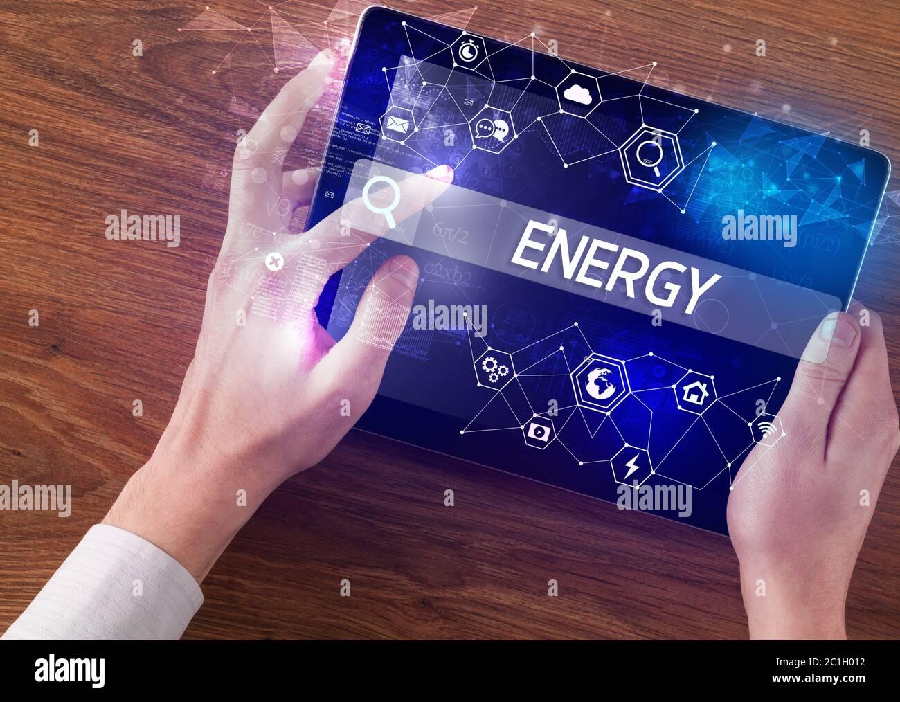 Gros plan d'une inscription SUR l'ÉNERGIE de recherche de tablette, concept informatique de haute technologie Banque D'Images