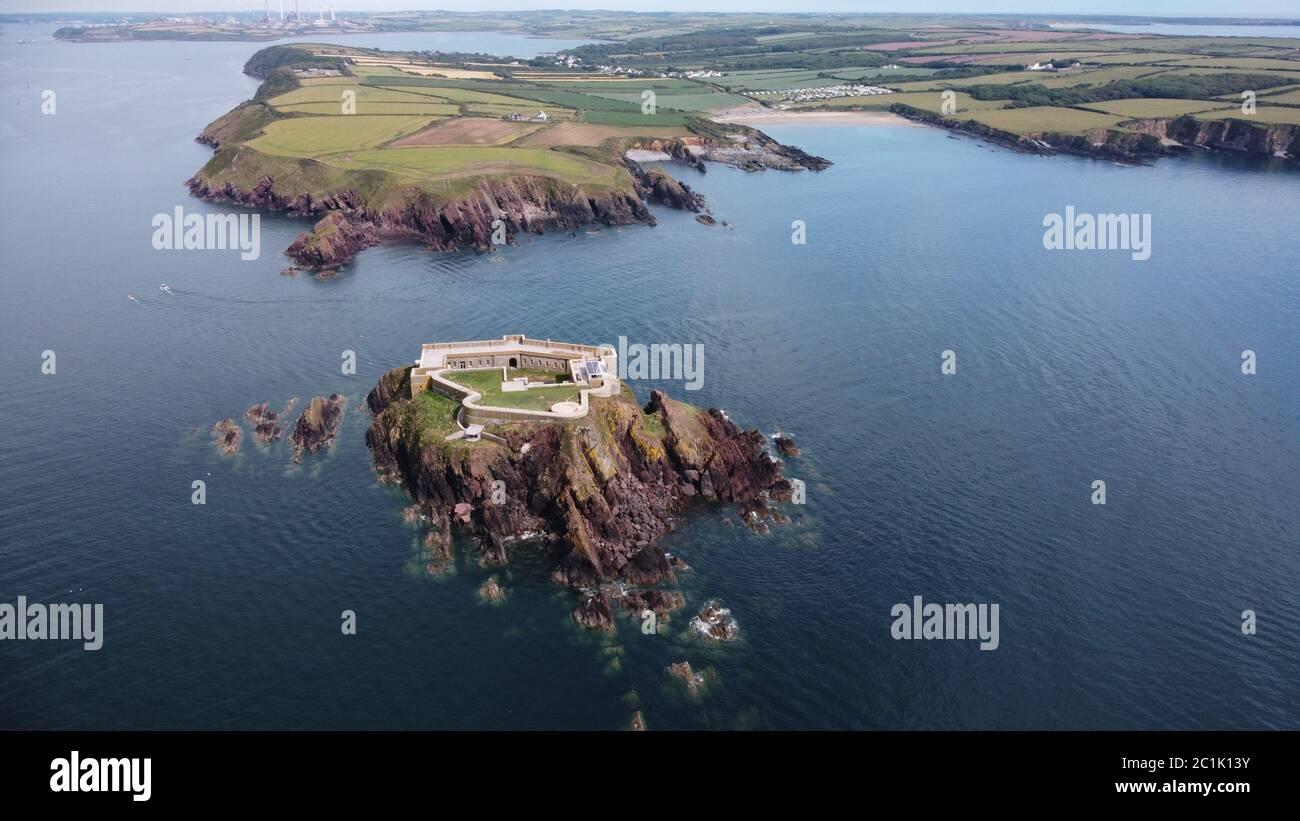 Vue aérienne du fort de Thorne Island, près d'angle, Pembrokeshire Wales UK Banque D'Images