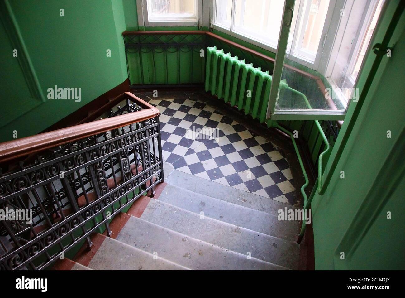 Fragment de l'intérieur de l'escalier dans une maison d'appartement de style Art Nouveau sur la rue Lénine Banque D'Images