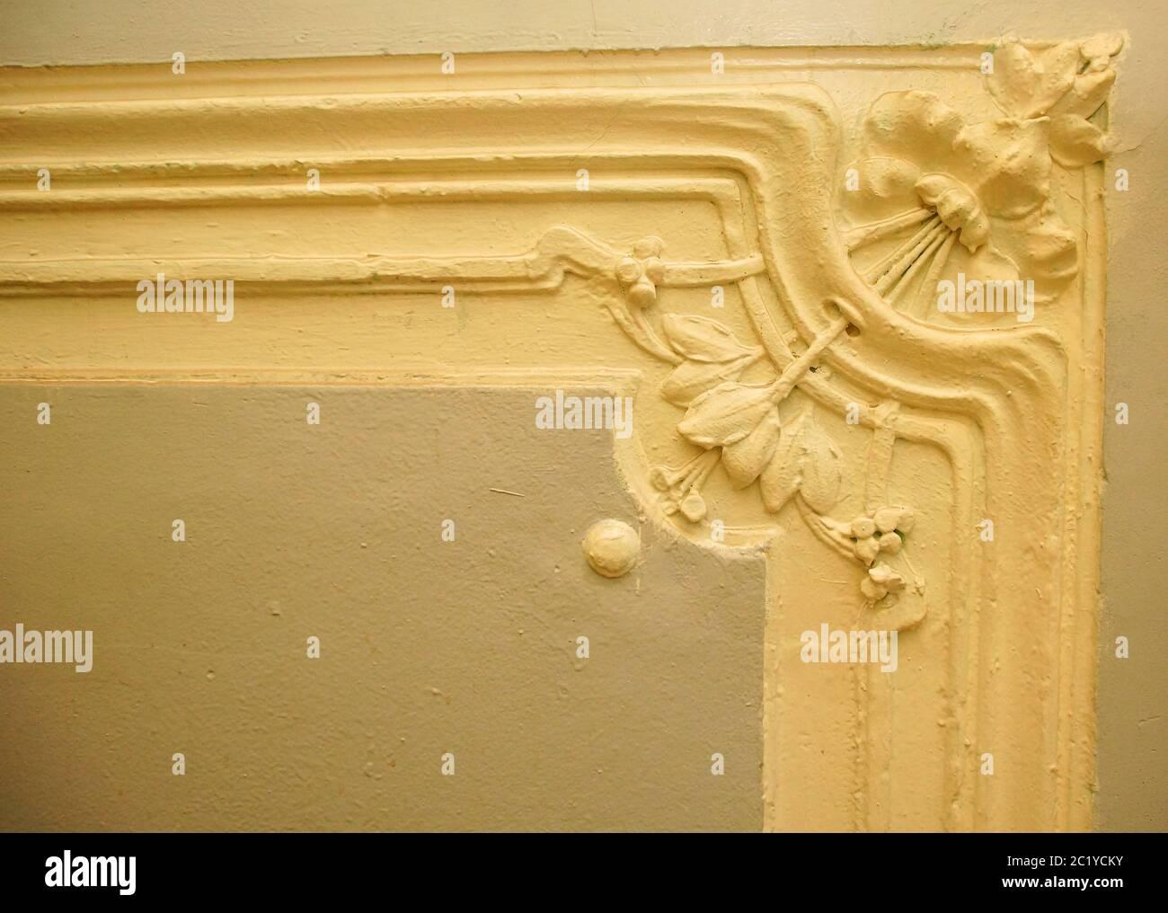 Fragment de décoration murale sur l'escalier principal du bâtiment de style Art nouveau sur la 7ème rue Krasnoarmeiskaya Banque D'Images