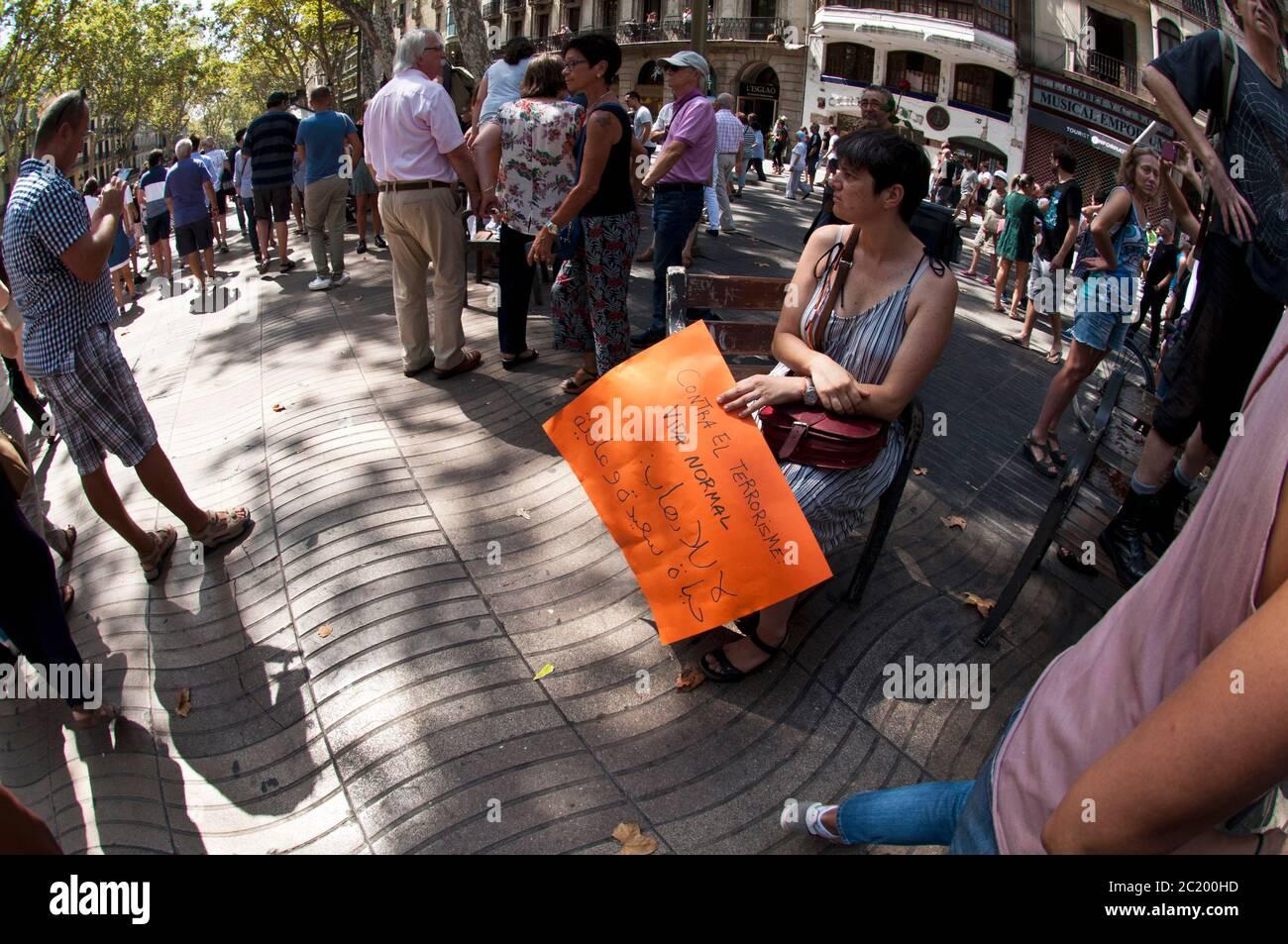 Protestation contre le terrorisme à Rambles le lendemain de l'attaque djihadiste, Barcelone, Espagne. Banque D'Images