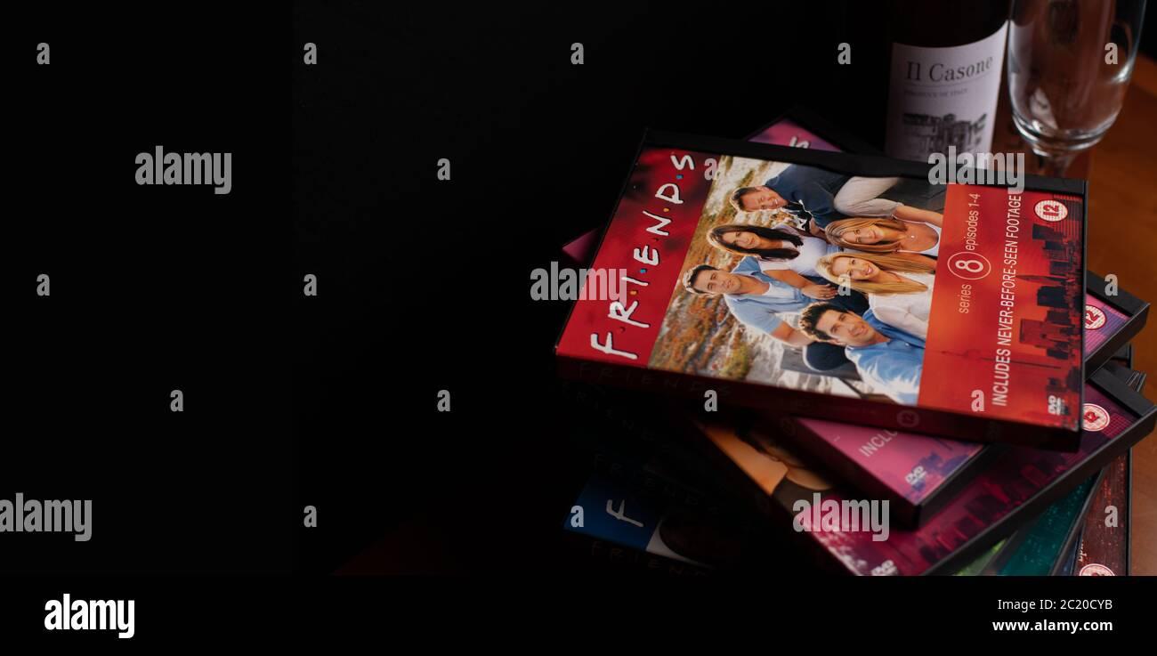 Collection de DVD d'amis. Le sitcom, très populaire, a récemment été critiqué pour son manque de diversité raciale à la lumière de la campagne BLM. Banque D'Images