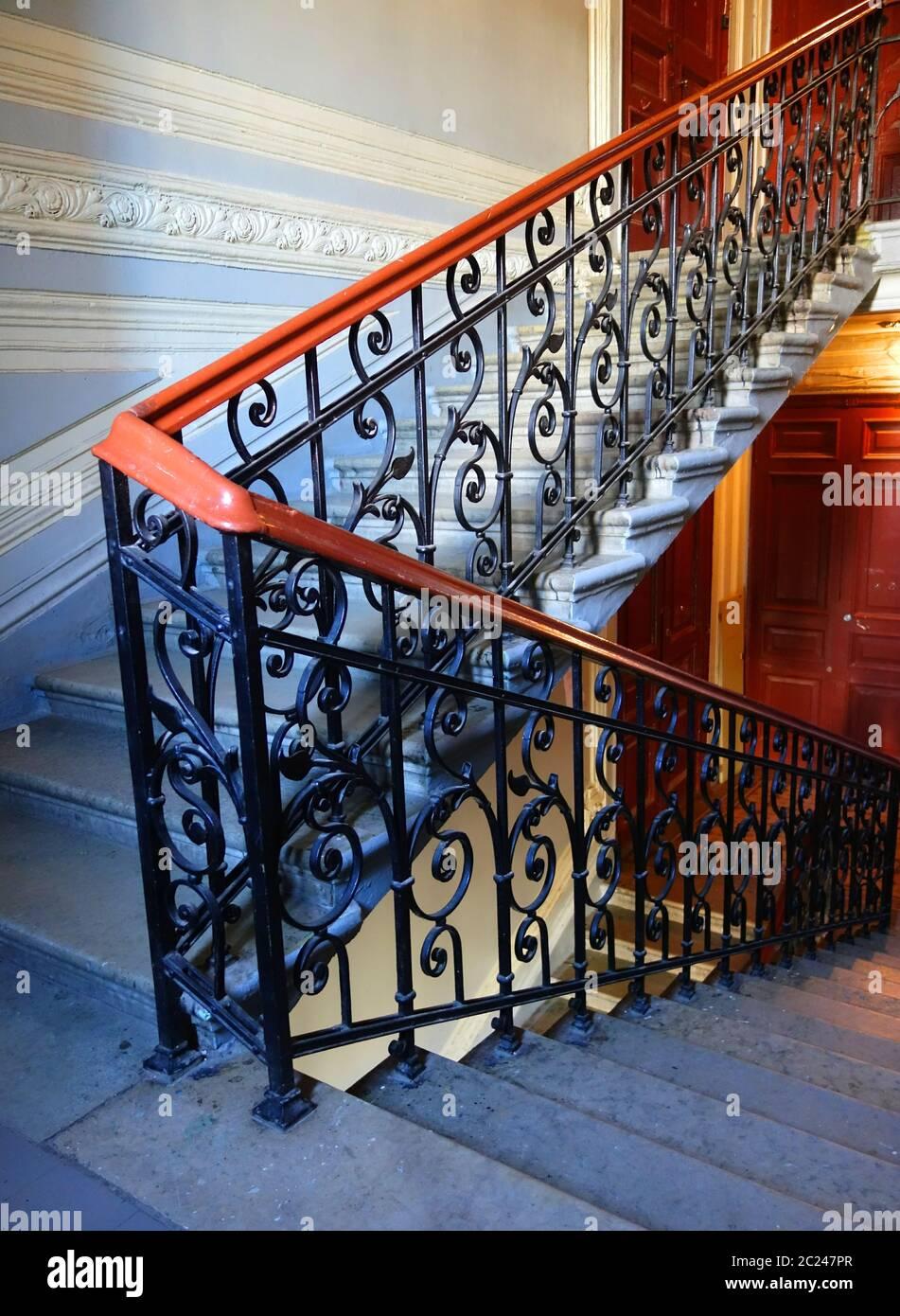 Décoration fragmente sur l'escalier principal du bâtiment dans le style Art Nouveau sur la 7ème rue Krasnoarmeiskaya Banque D'Images