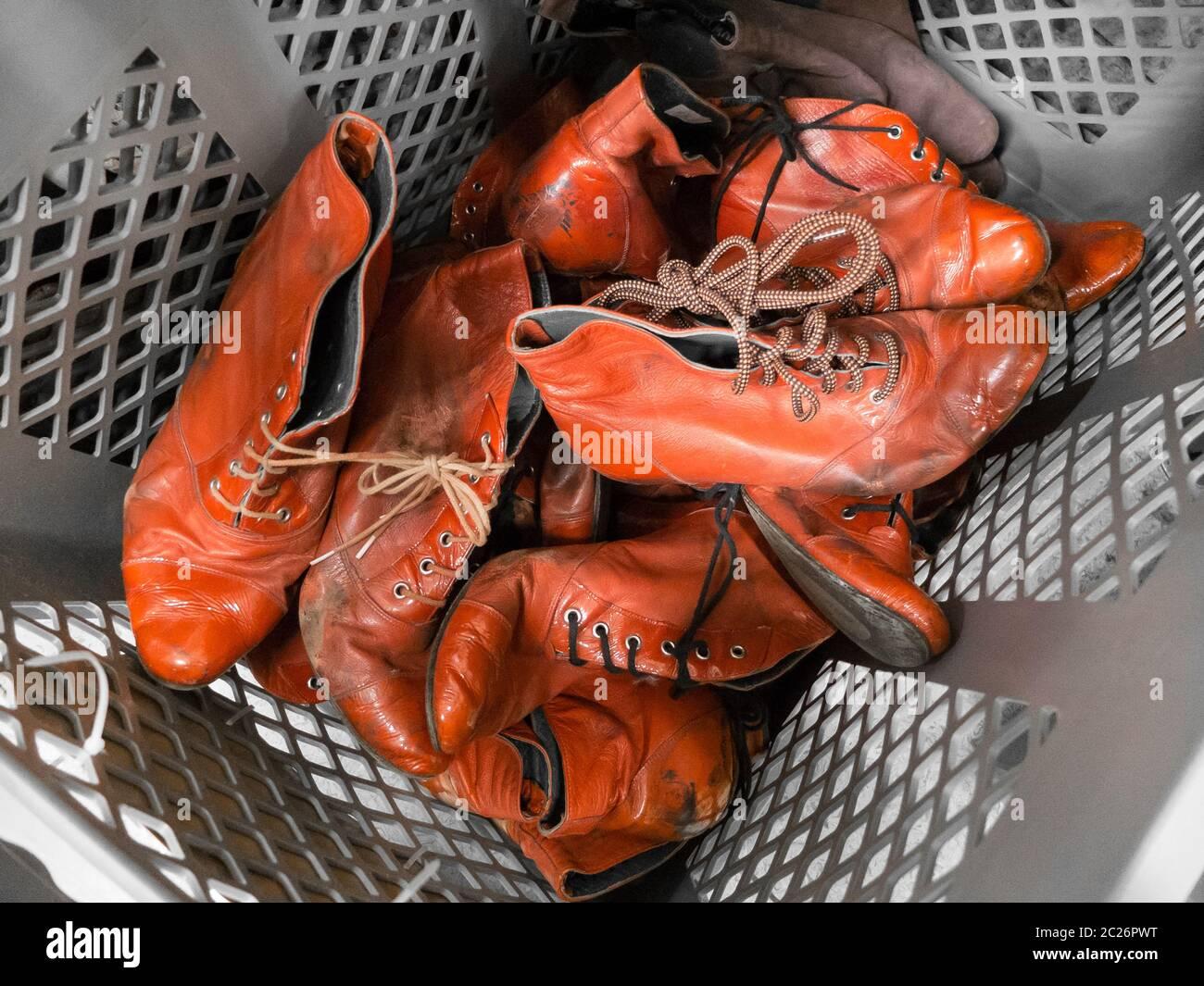 Un tas de vieilles chaussures rouges pour femmes Banque D'Images