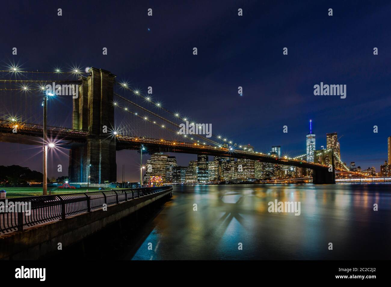 Crépuscule au pont de Brooklyn et Manhattan Skyline, New York, United States Banque D'Images