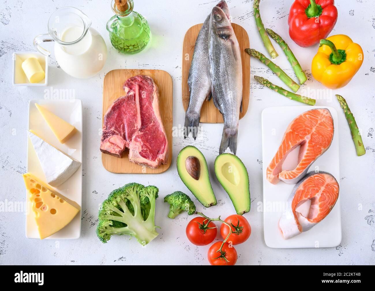 Assortiment d'aliments pour régime cétogène sur fond de bois Banque D'Images