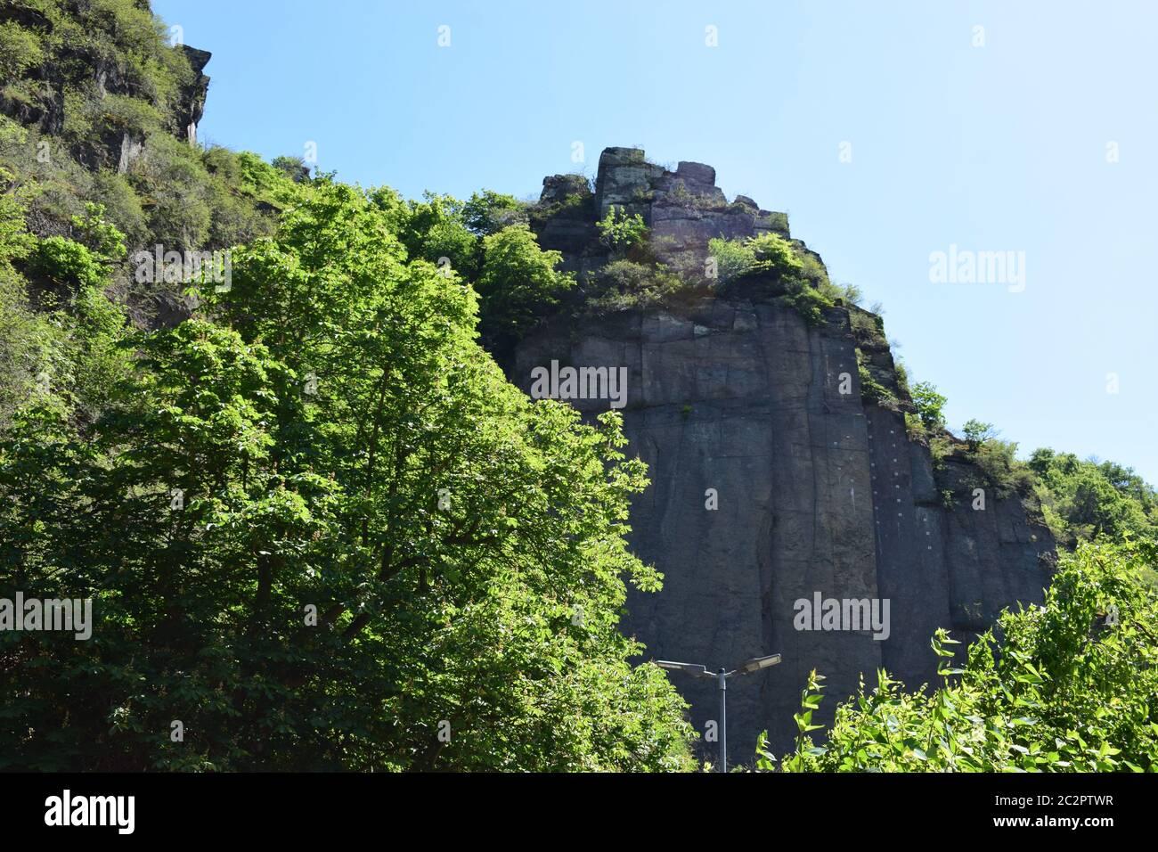 Falaise en pierre volcanique à Altenahr Banque D'Images