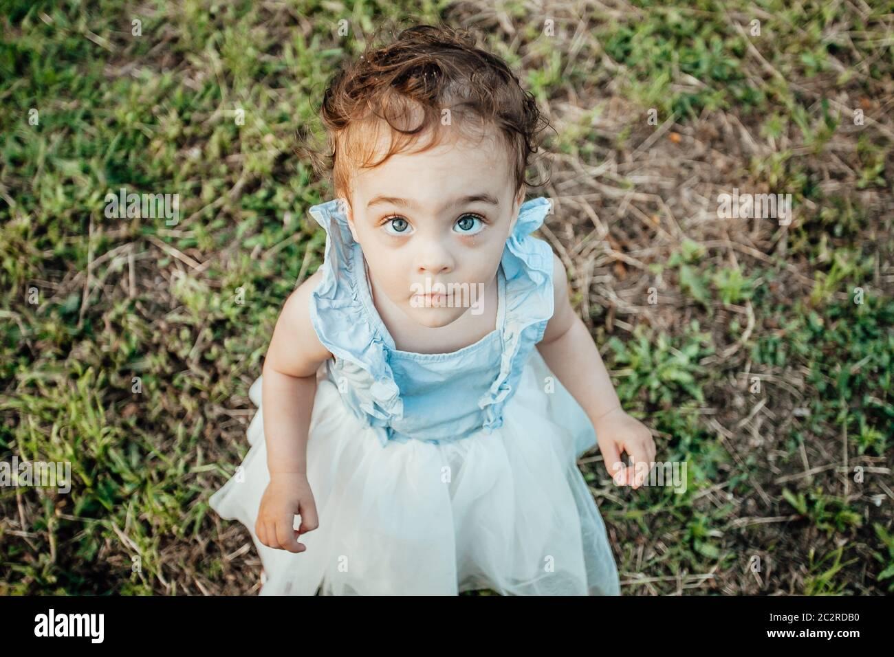 Portrait d'une fille avec des besoins spéciaux qui a besoin d'une famille Banque D'Images