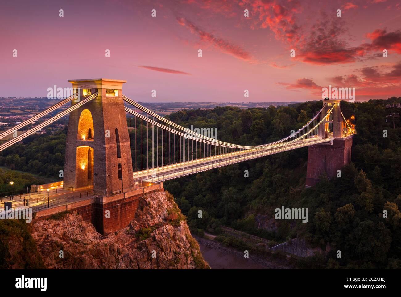 Pont suspendu de Bristol un pont à péage au pont suspendu de Clifton illuminé au coucher du soleil clifton Downs,Avon gorge Bristol England GB Europe Banque D'Images