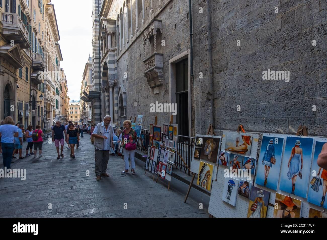 Gênes, Italie - 18 août 2019 : artistes de rue vendant des peintures aux touristes près de la cathédrale de San Lorenzo dans le vieux centre-ville de Gênes, Ligurie Banque D'Images