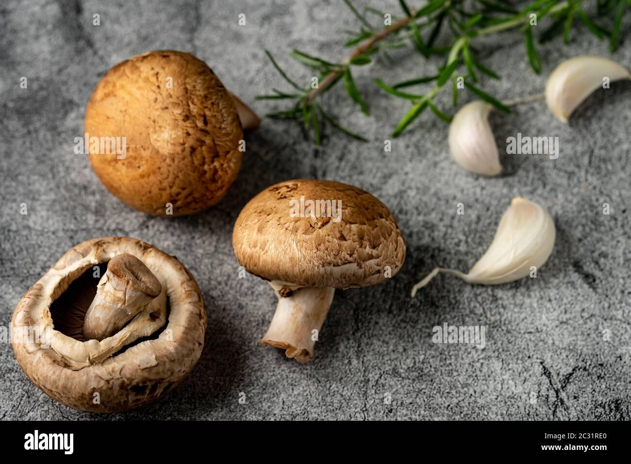 Ingrédients crus. Champignons, romarin et gousse d'ail Banque D'Images