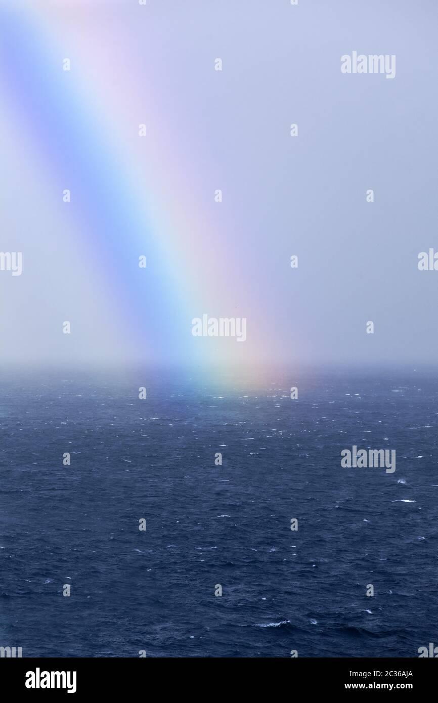Arc-en-ciel sur la mer, Atlantique, Feroeer, Føroyar, Danemark, Europe Banque D'Images