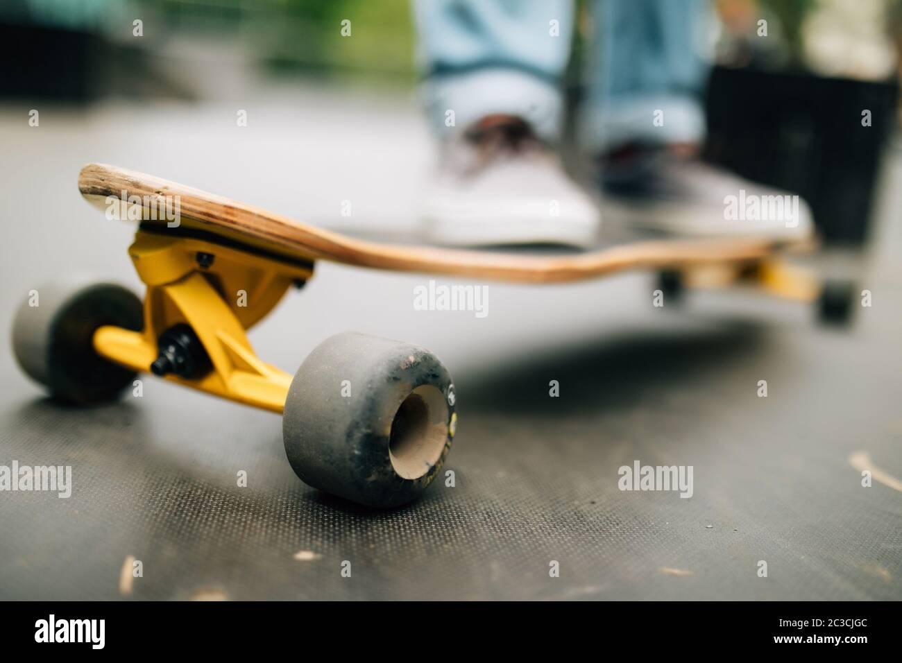Gros plan sur un jeune homme méconnu qui fait du surf en plein air dans un parc de skateboard, espace de copie Banque D'Images