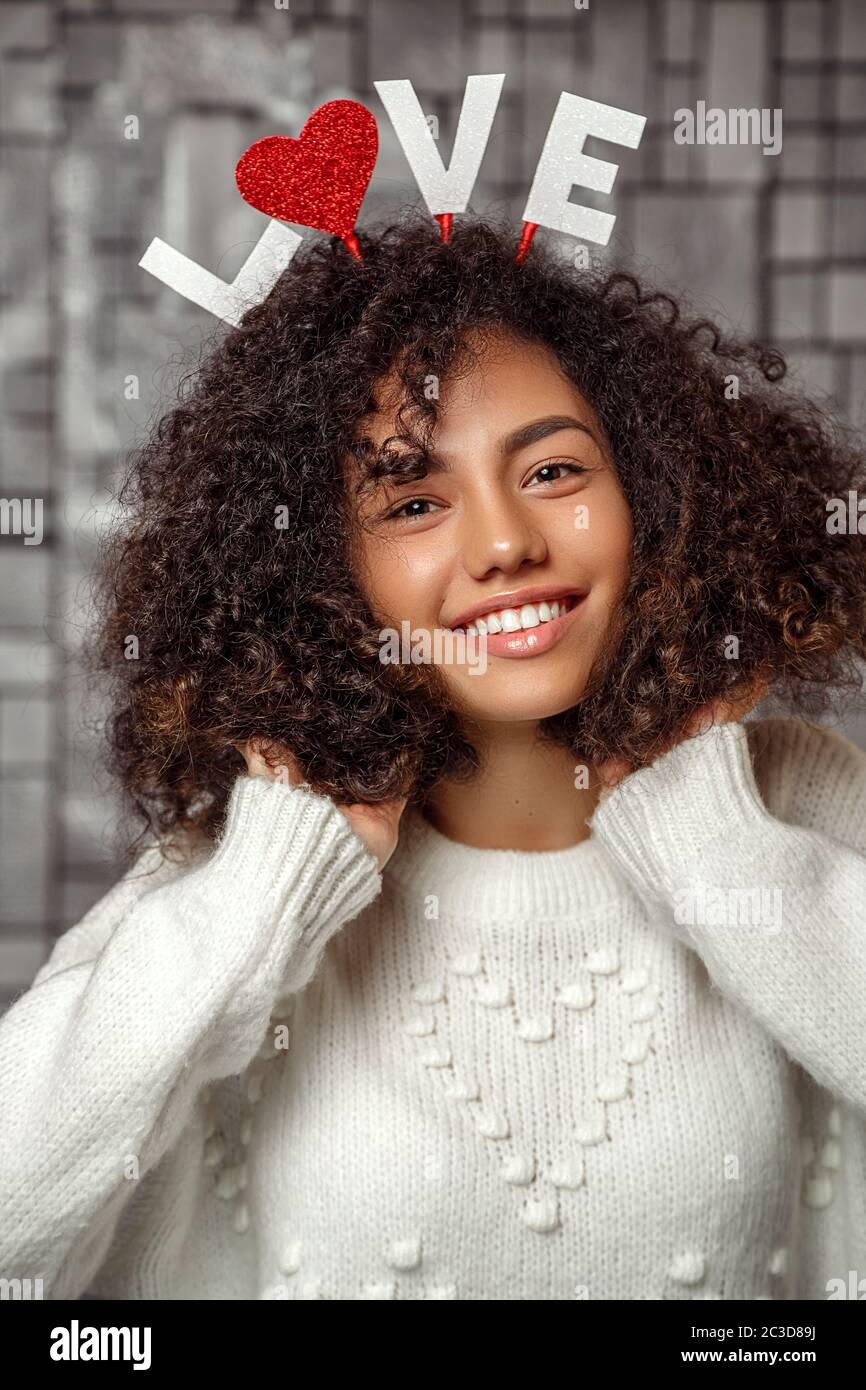 Baise une fille aux cheveux bouclés noirs