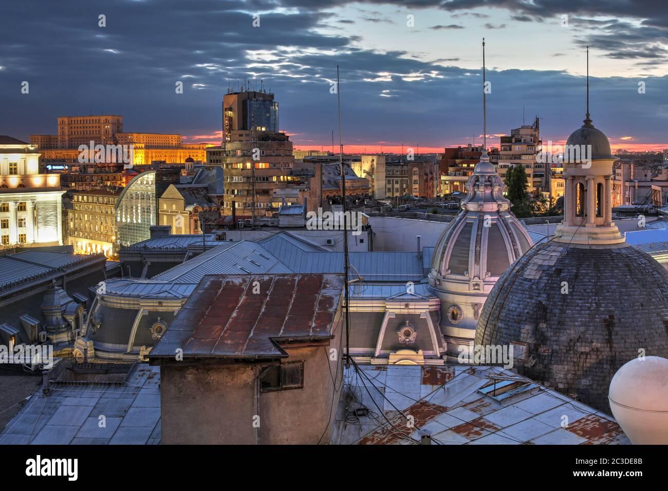 L'horizon de Bucarest depuis l'un des toits près de la place de l'Université vers l'ouest sur le vieux centre et avec la Chambre du Parlement à Banque D'Images