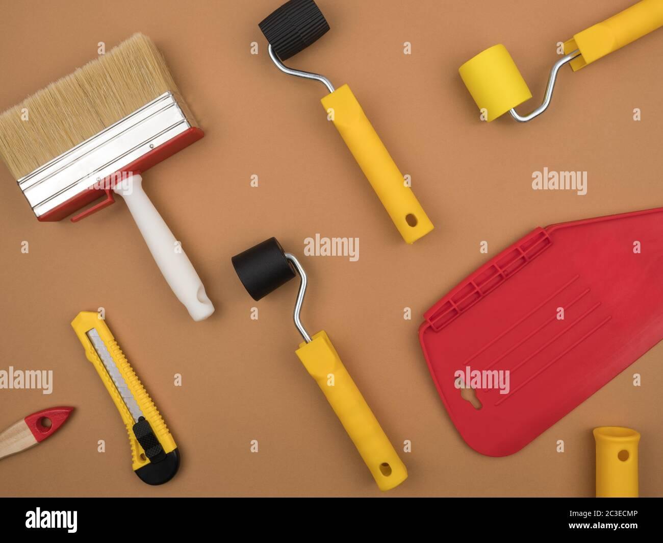 Un outil de peinture pour le papier peint. Arrière-plan beige. Vue du dessus. Le concept de réparation. Banque D'Images
