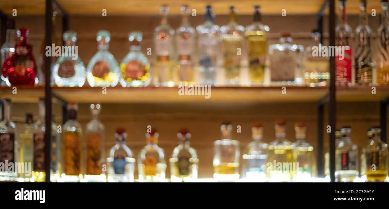 Fond défocqué du comptoir à barres avec diverses bouteilles d'alcool. Banque D'Images