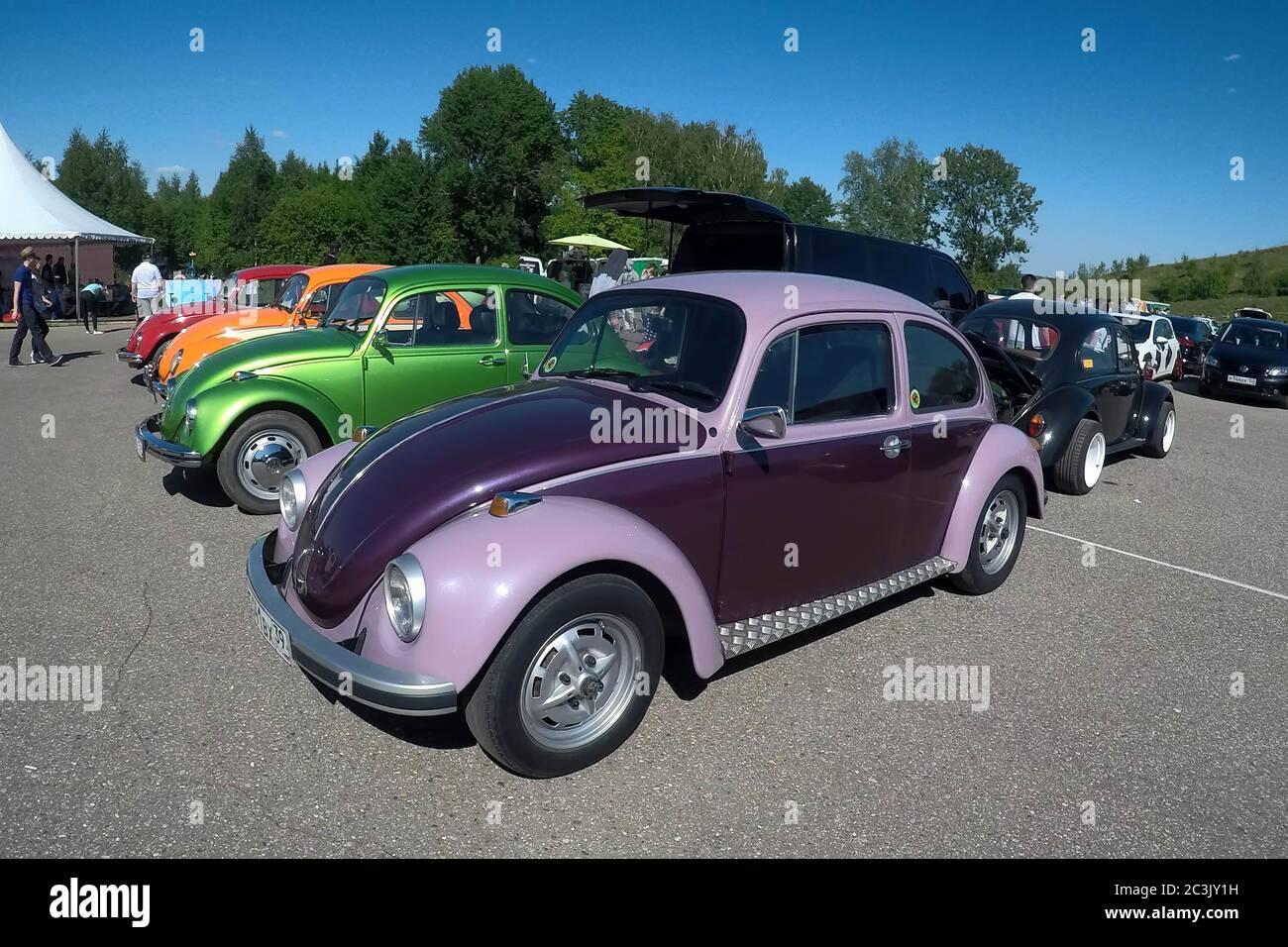 Moscou, Russie - 01 juin 2019 : voitures de rencontre Volkswagen scarabée (Kaefer) dans le parking ouvert de la rue. Voitures colorées garées Banque D'Images