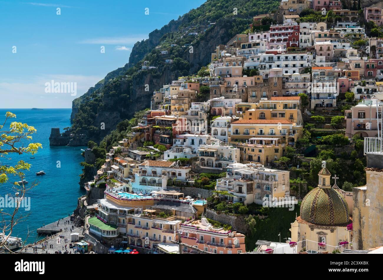 Maisons italiennes traditionnelles colorées, rues étroites et escarpées, village de Cliffside, Positano, côte amalfitaine, Italie Banque D'Images