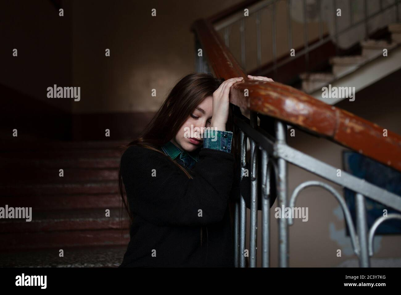 Young woman sitting on stairs Banque D'Images