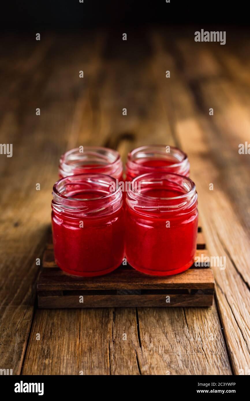 Des tireurs alcoolisés de couleur rouge ou des boissons sur une table en bois, avec espace pour les copies Banque D'Images