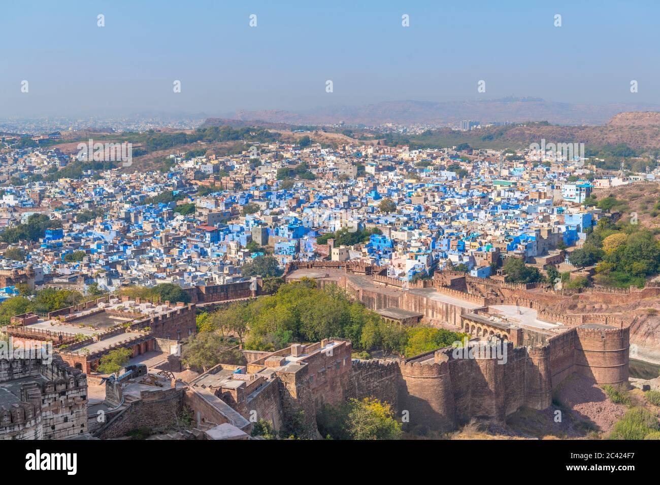 Vue du fort Mehrangarh sur la 'ville bleue' de Jodhpur, Rajasthan, Inde Banque D'Images