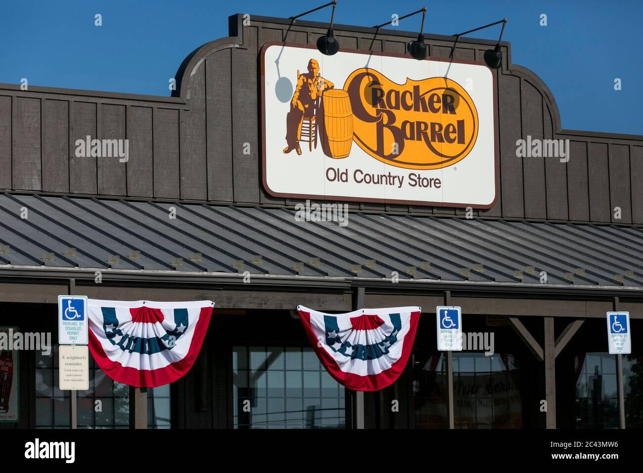 Un logo à l'extérieur d'un restaurant Cracker Barrel Old Country Store à Hagerstown, Maryland, le 10 juin 2020. Banque D'Images
