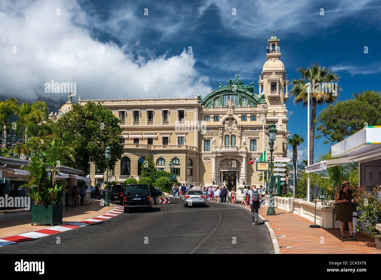 Monte Carlo, Monaco - 13 juin 2019 : touristes visitant le célèbre Opéra de Monte Carlo sur la côte d'azur à Monaco Banque D'Images