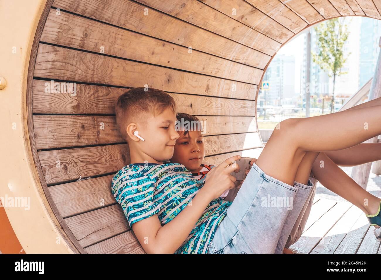 Beau garçon avec un smartphone jouant à un jeu Banque D'Images