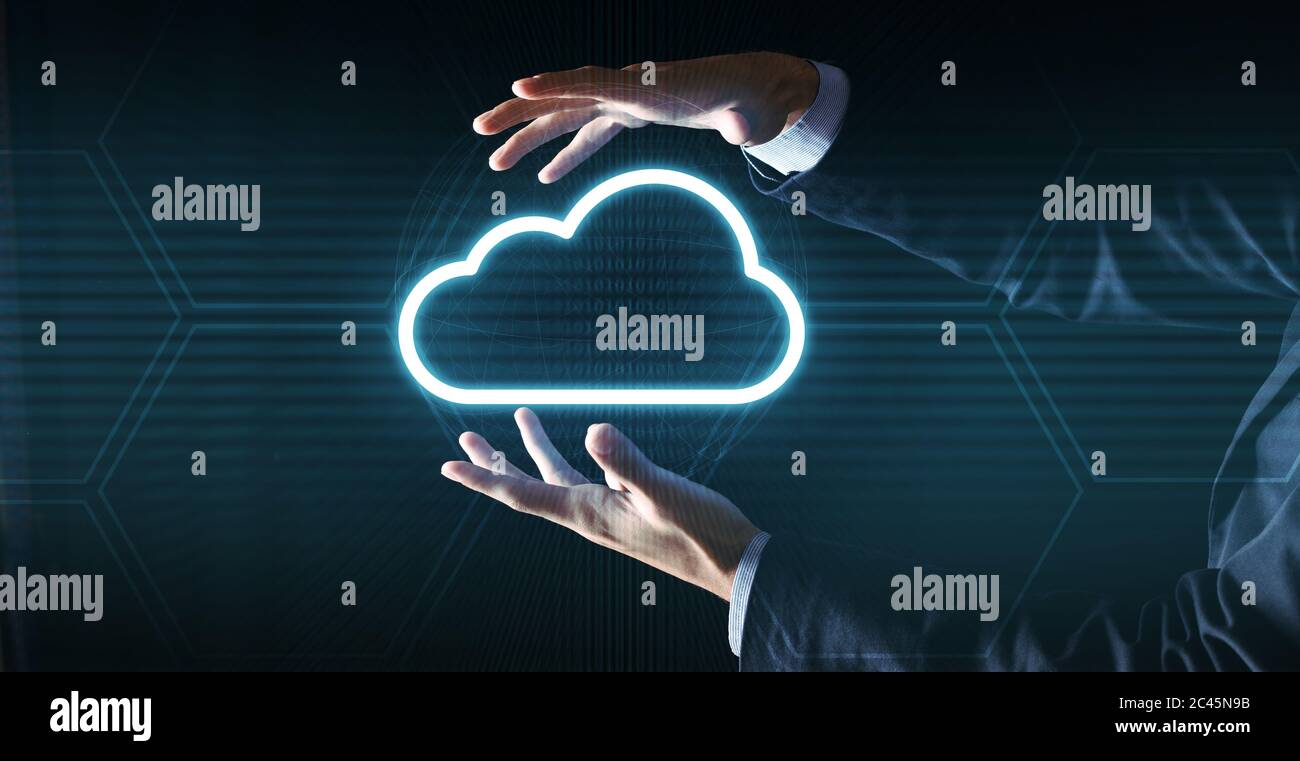 Concept de Cloud computing. Homme d'affaires méconnu en costume tenant une projection d'icône de nuage Banque D'Images