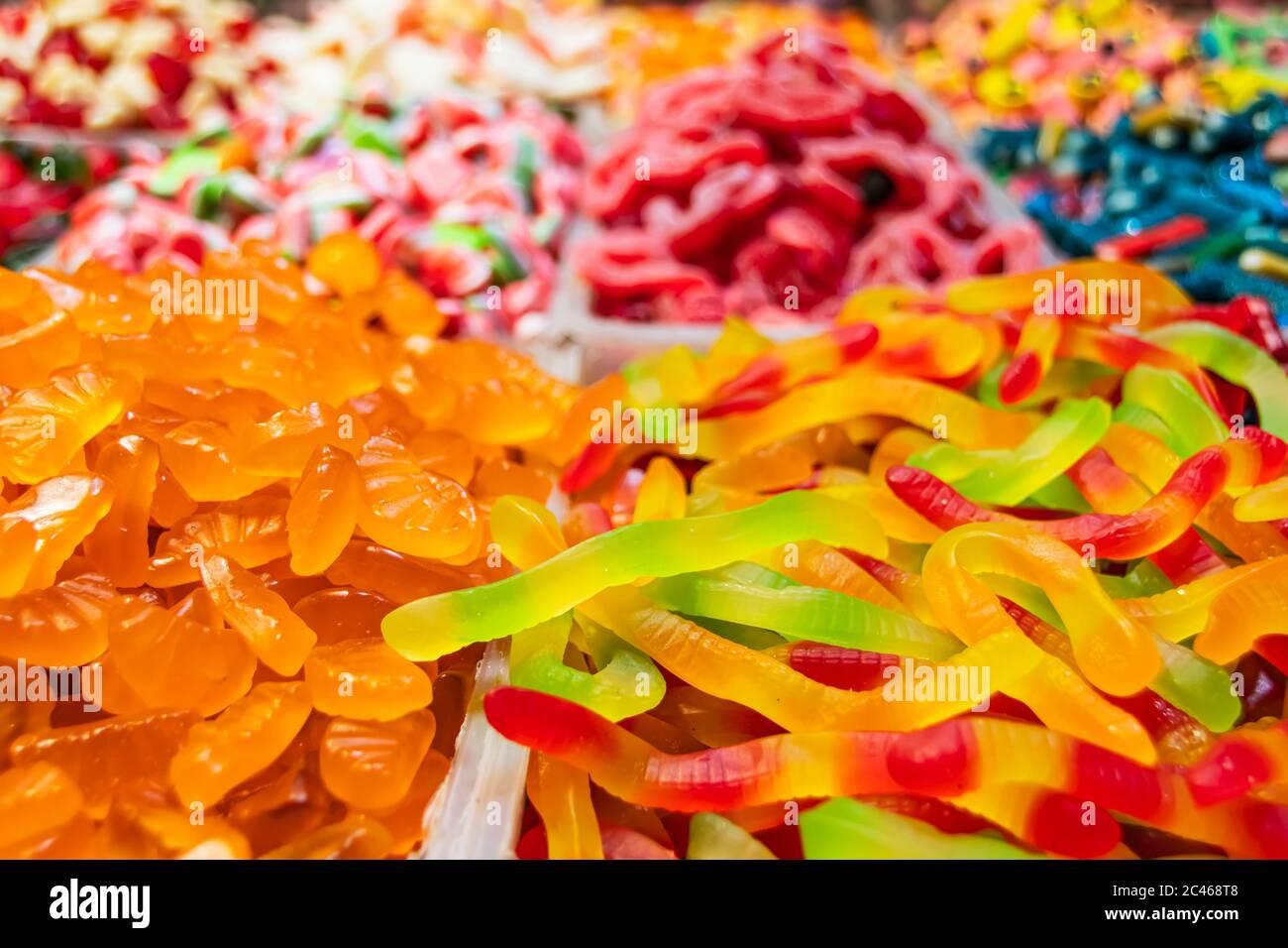 Des bonbons orientaux colorés de formes variées se trouvent sur un comptoir de marché Banque D'Images
