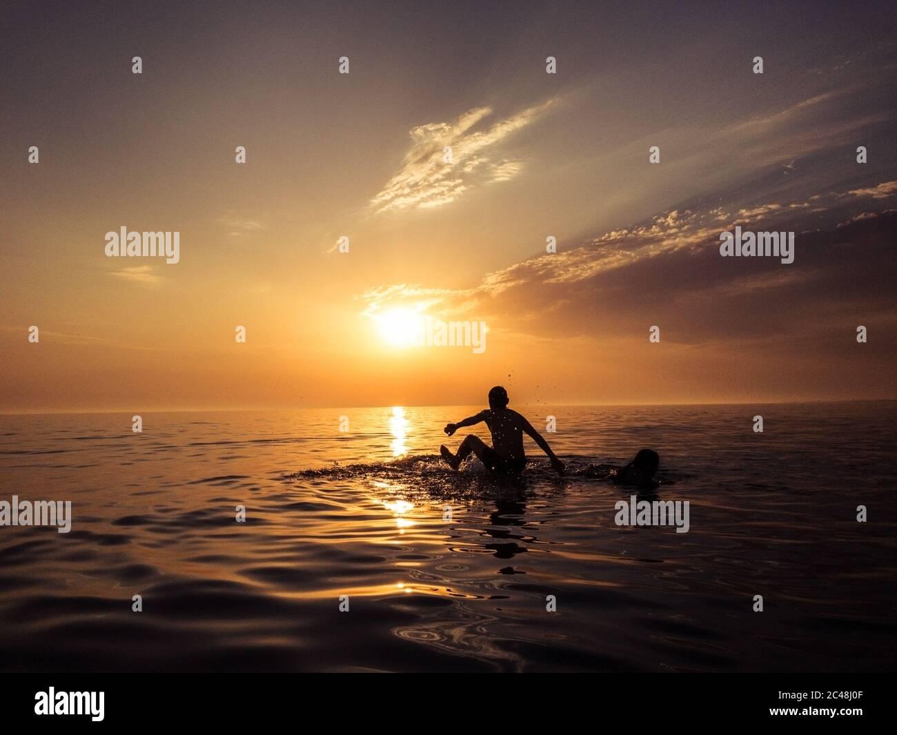 Les gens dans le sunset beach Banque D'Images