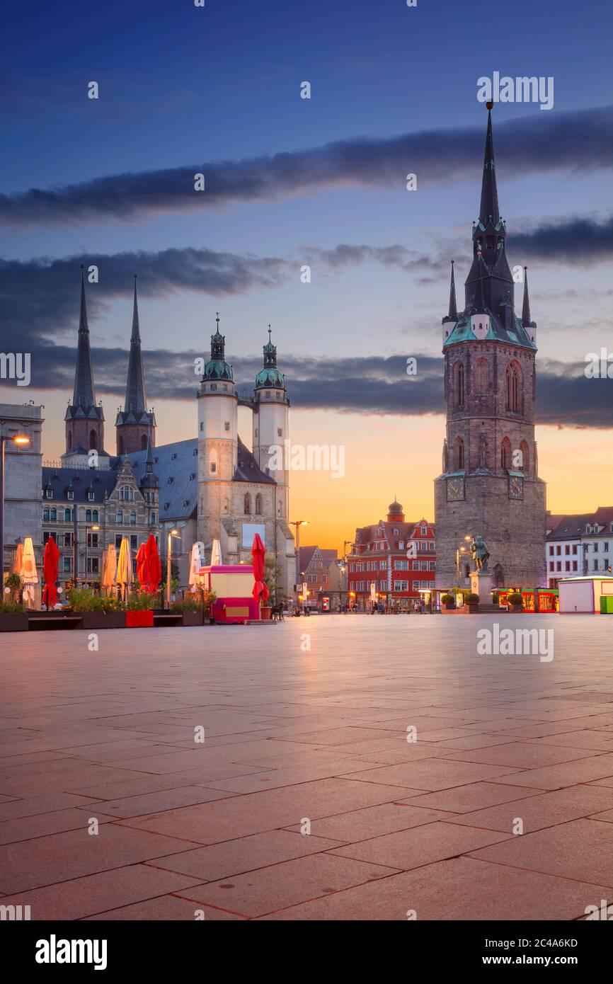 Halle, Allemagne. Image de paysage urbain du centre-ville historique de Halle (Saale) avec la Tour Rouge et la place du marché pendant un coucher de soleil spectaculaire. Banque D'Images