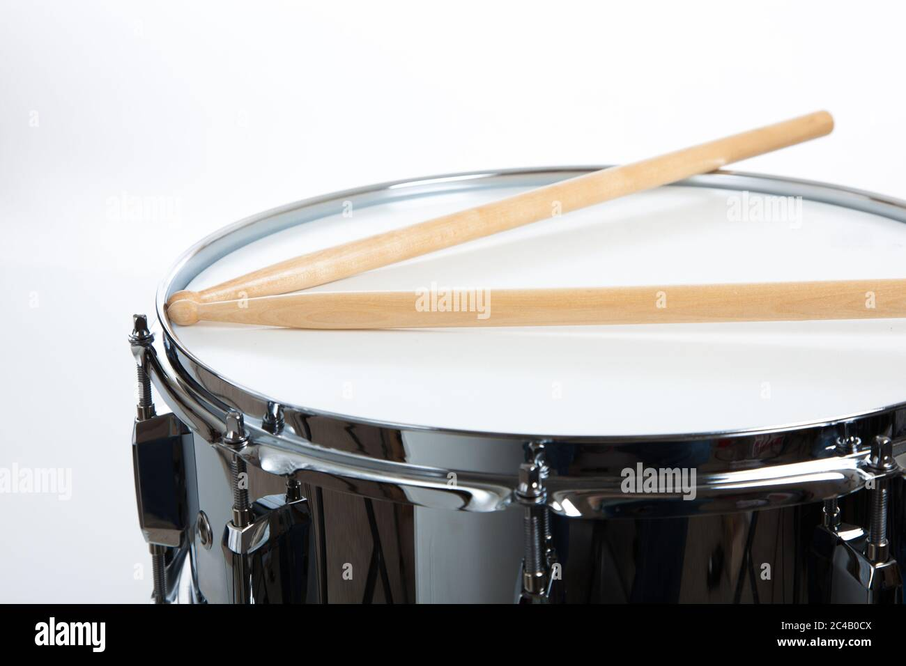 Un tambour de snase avec des pilons sur fond blanc Banque D'Images