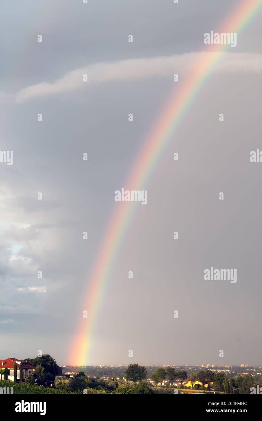 arc-en-ciel coloré sur un ciel nuageux. journée brumeuse Banque D'Images