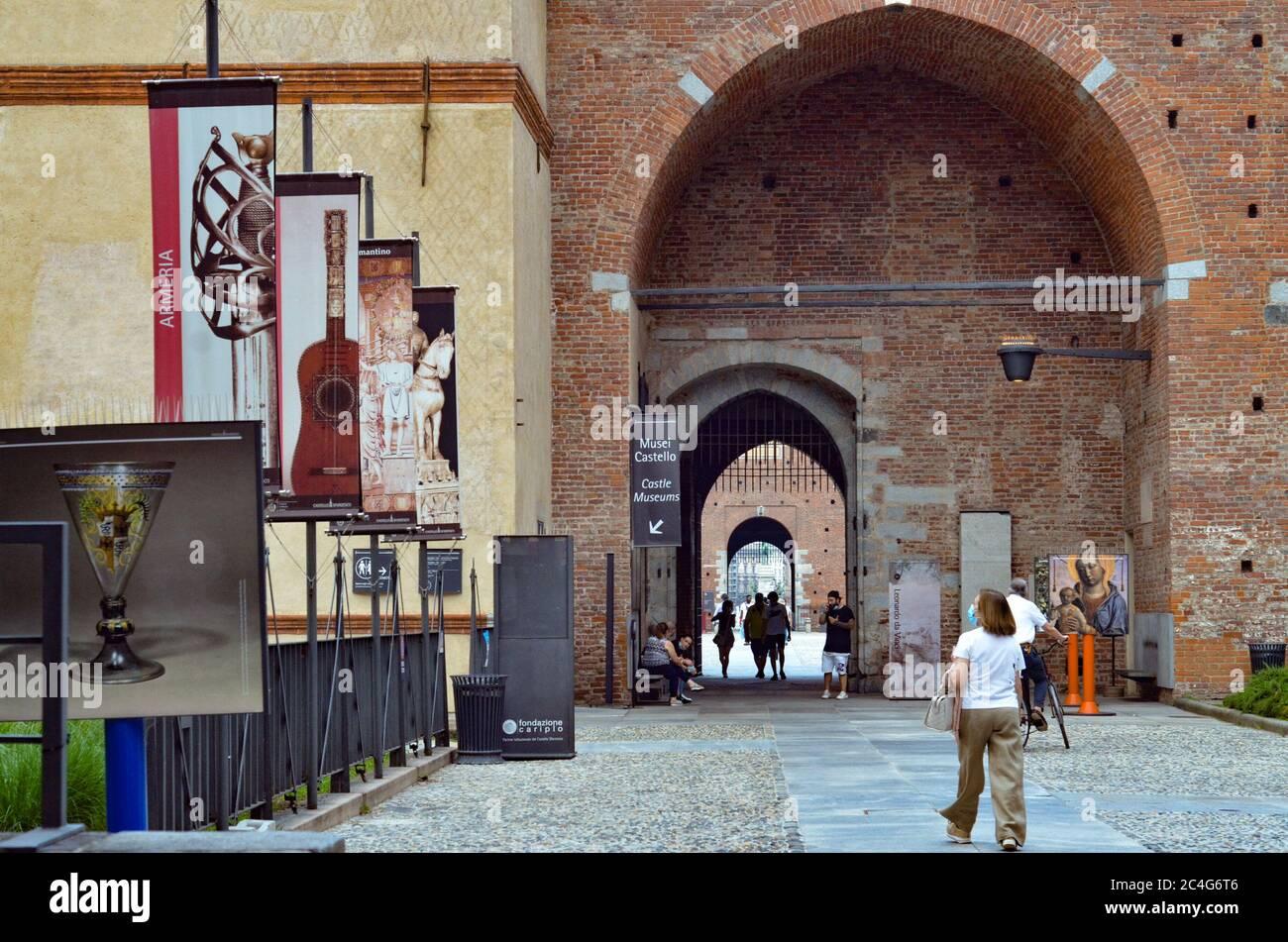 """Milao, ITA. 26 juin 2020. (INT) mouvement au château de Sforzesco. 26 juin 2020, Milan, Italie: Grand mouvement des gens lors de cette édition de ''2020 Estate Sforzesca'' avec le titre' â""""A stage for Milan.'' Il y aurait 80 événements musicaux, théâtraux et de danse tous prévus jusqu'au 3 septembre.Credit: Josi Donelli/Thenews2 Credit: Josi Donelli/TheNEWS2/ZUMA Wire/Alay Live News Banque D'Images"""
