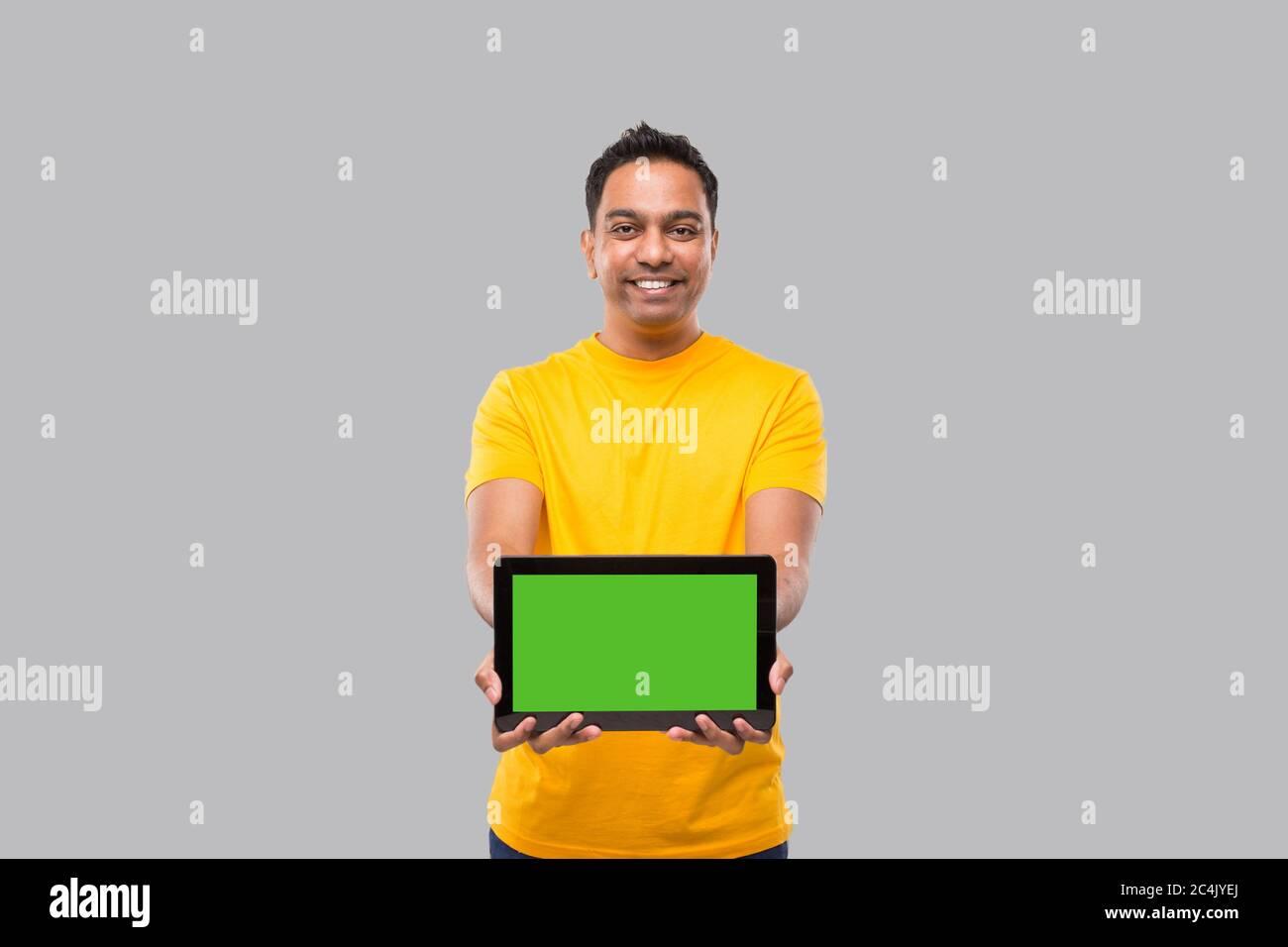 Tablette Indian Man. Garçon indien avec tablette dans les mains