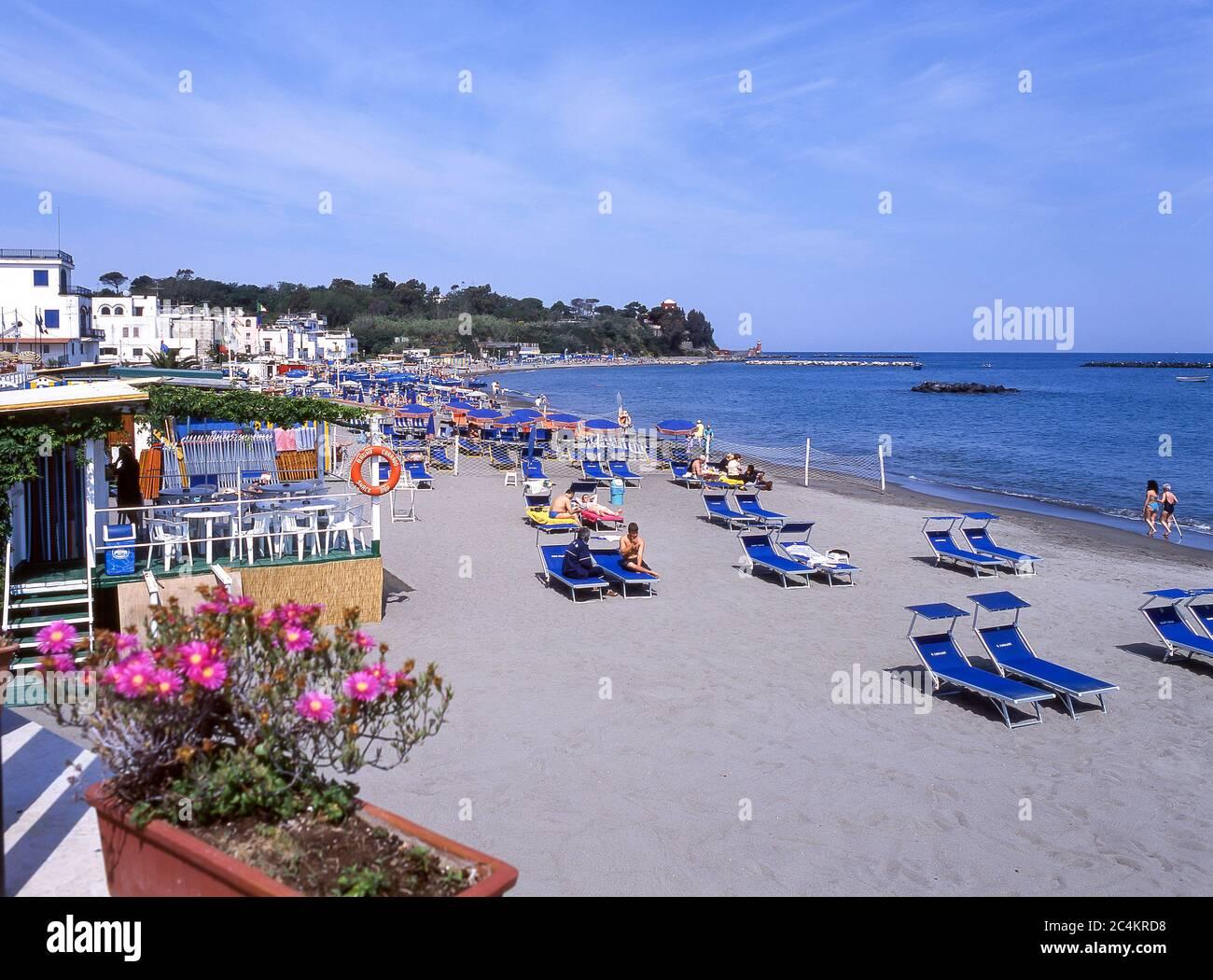 Vue sur la plage, ville d'Ischia, Ischia, région de Campagnia, Italie Banque D'Images
