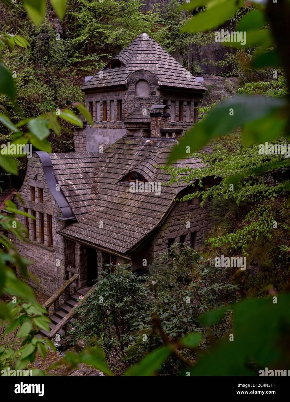 L'ancien gaspares à Hrensko caché dans les bois Banque D'Images
