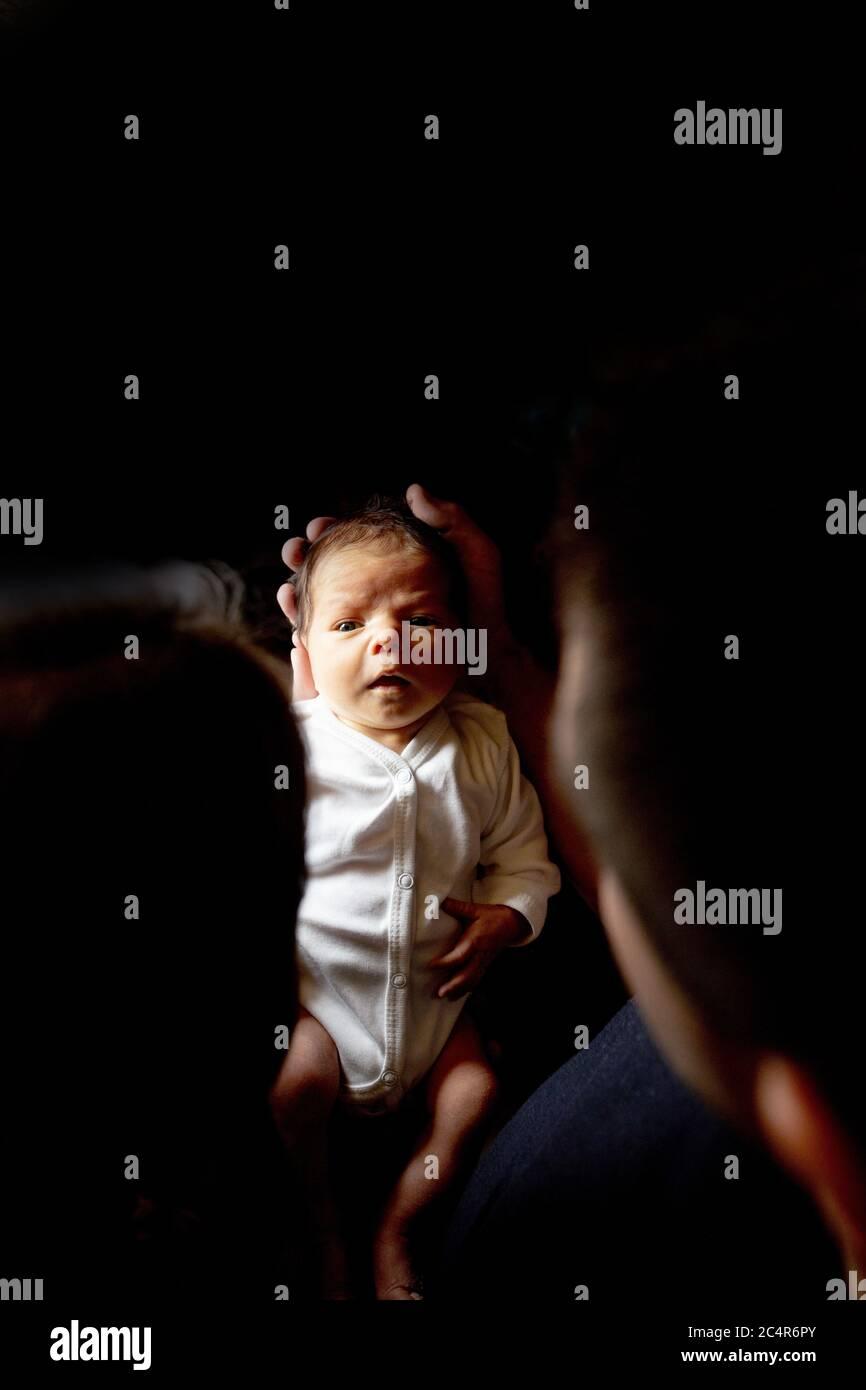 Le jeune père et la mère tiennent leur bébé fils nouveau-né. Maman, papa et bébé. Concept de famille heureux. Copier l'espace Banque D'Images