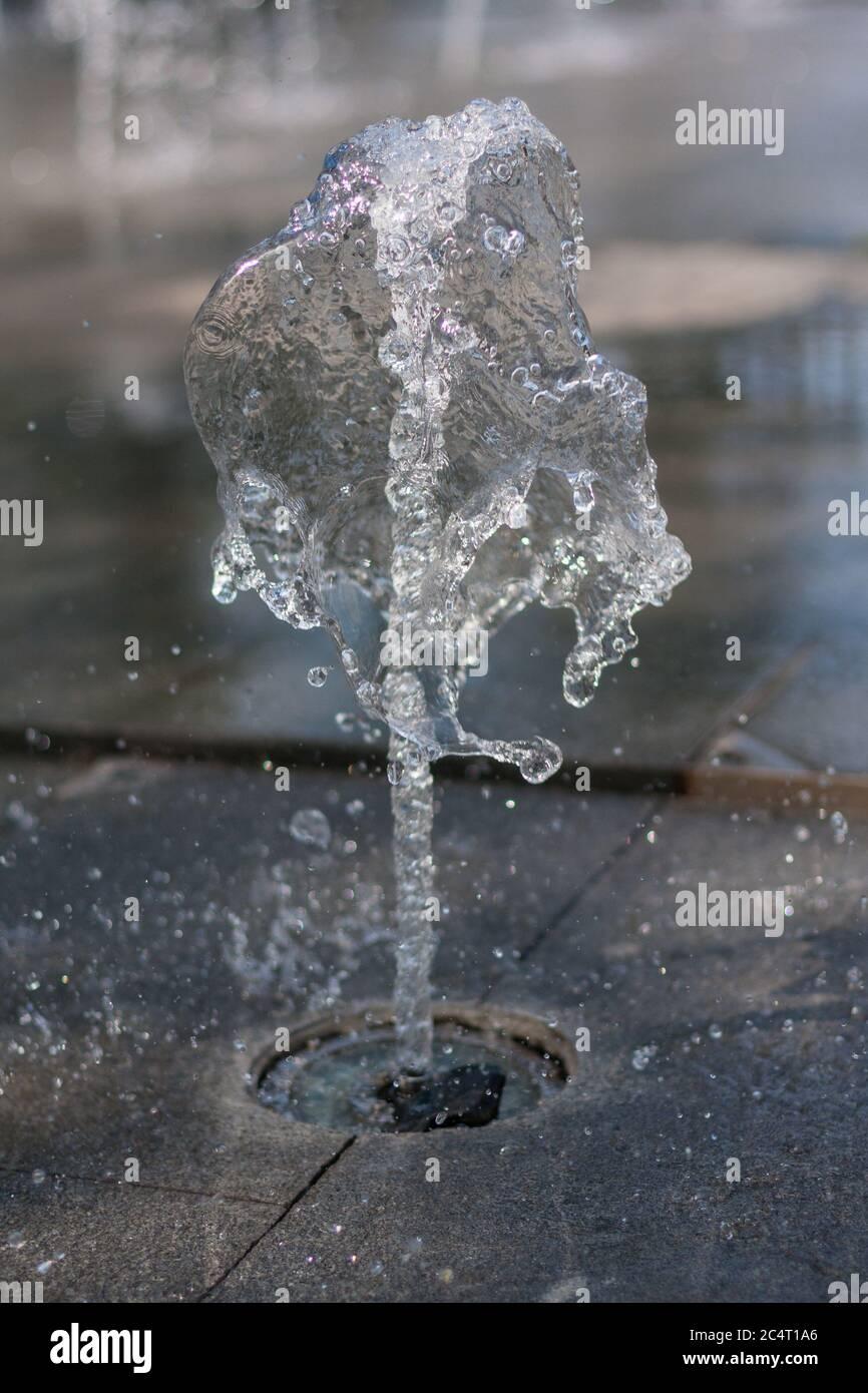 Vue rapprochée d'une fontaine extérieure et d'une piscine en marbre Banque D'Images