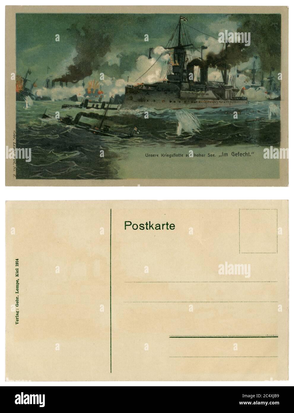 Carte postale historique allemande : notre flotte de guerre en haute mer 'au combat', la flotte ennemie est en feu, la Marine allemande impériale, la guerre mondiale un 1914-1918 Banque D'Images