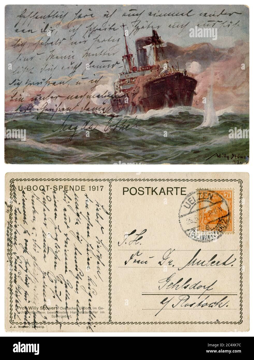 Carte postale historique allemande : sous-marin allemand à l'escarmouche d'un marchand de vapeur armé dans la zone restreinte, Marine impériale allemande, 1917, à l'envers. Banque D'Images