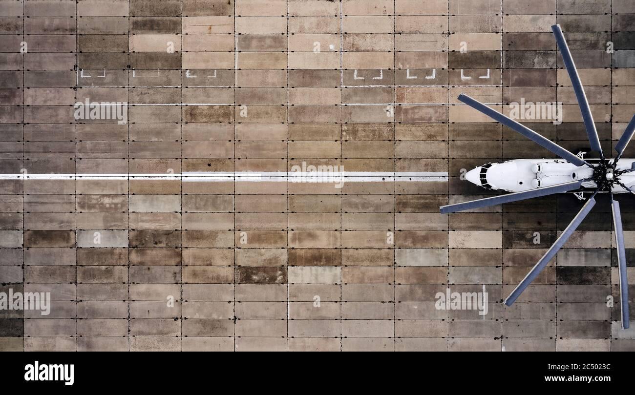Vue aérienne de l'hélicoptère de transport lourd. Équipement de chargement sur la piste. Banque D'Images