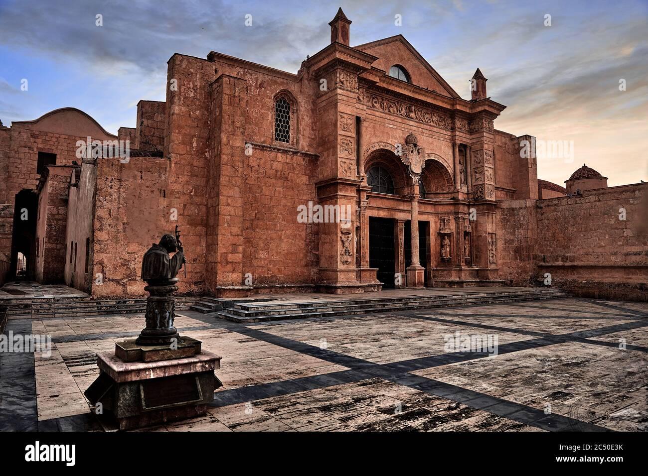Extérieur de l'entrée principale de la cathédrale de Santa Maria la Menor. C'est la plus ancienne cathédrale des Amériques. Saint-Domingue, République dominicaine Banque D'Images