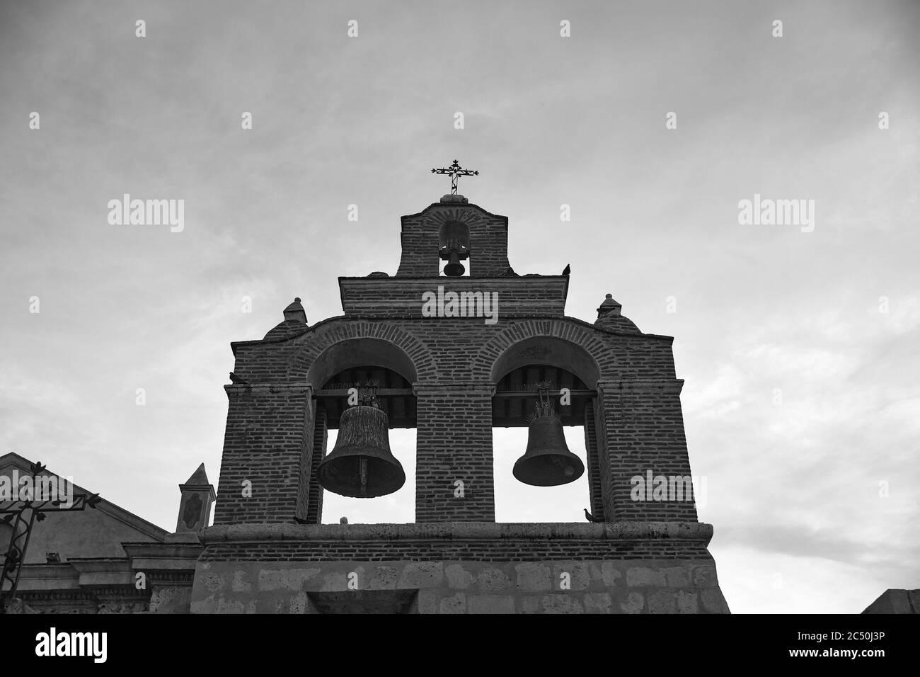 Cloches sur la cathédrale de Santa Maria la Menor. C'est la plus ancienne cathédrale des Amériques. Saint-Domingue, République dominicaine. Banque D'Images