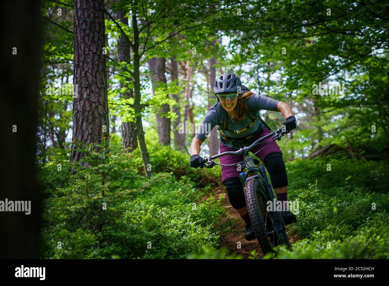 Femme VTT dans la forêt, Klagenfurt, Carinthie, Autriche Banque D'Images