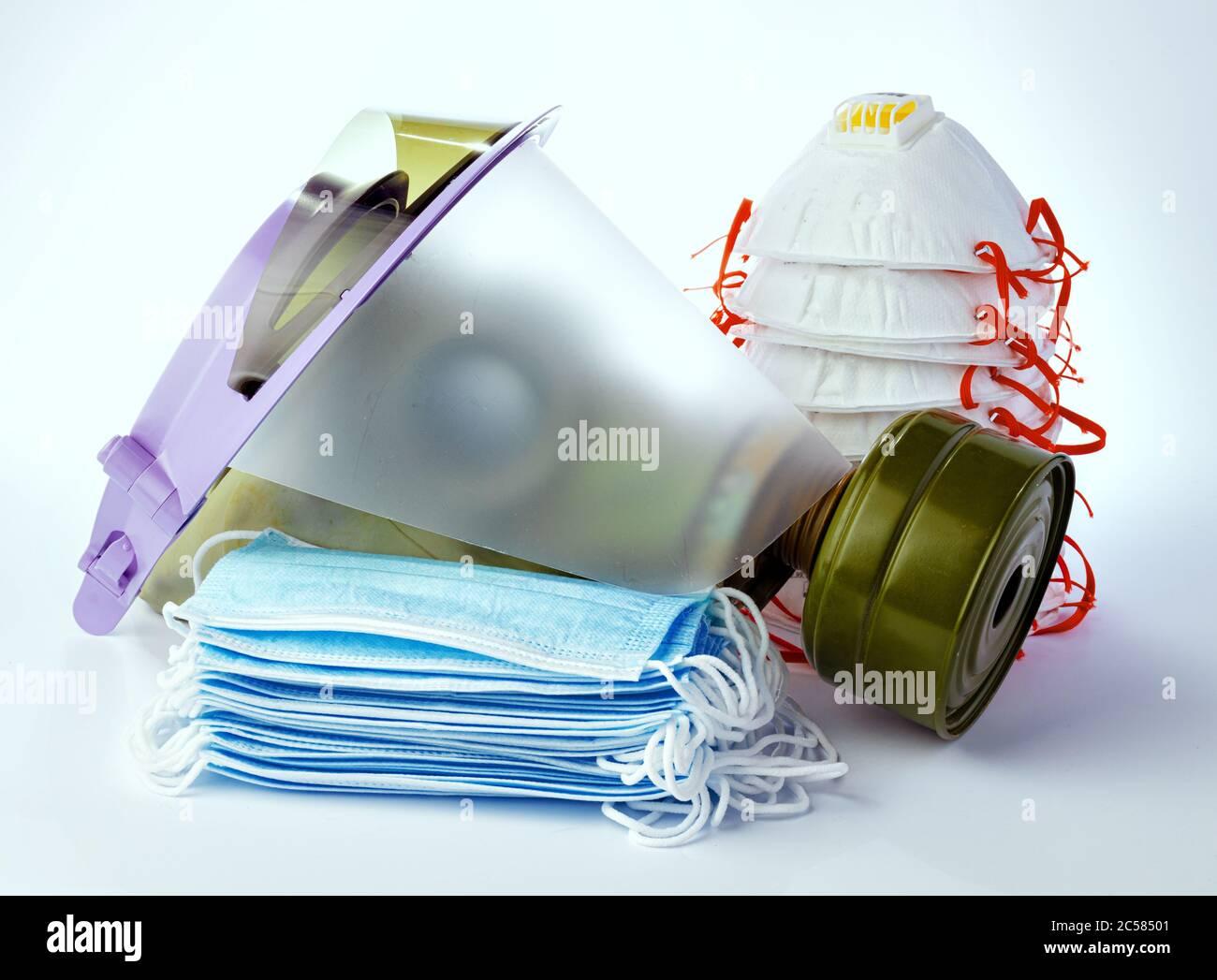 Moyens de protection antivirale, y compris masques sur fond blanc Banque D'Images