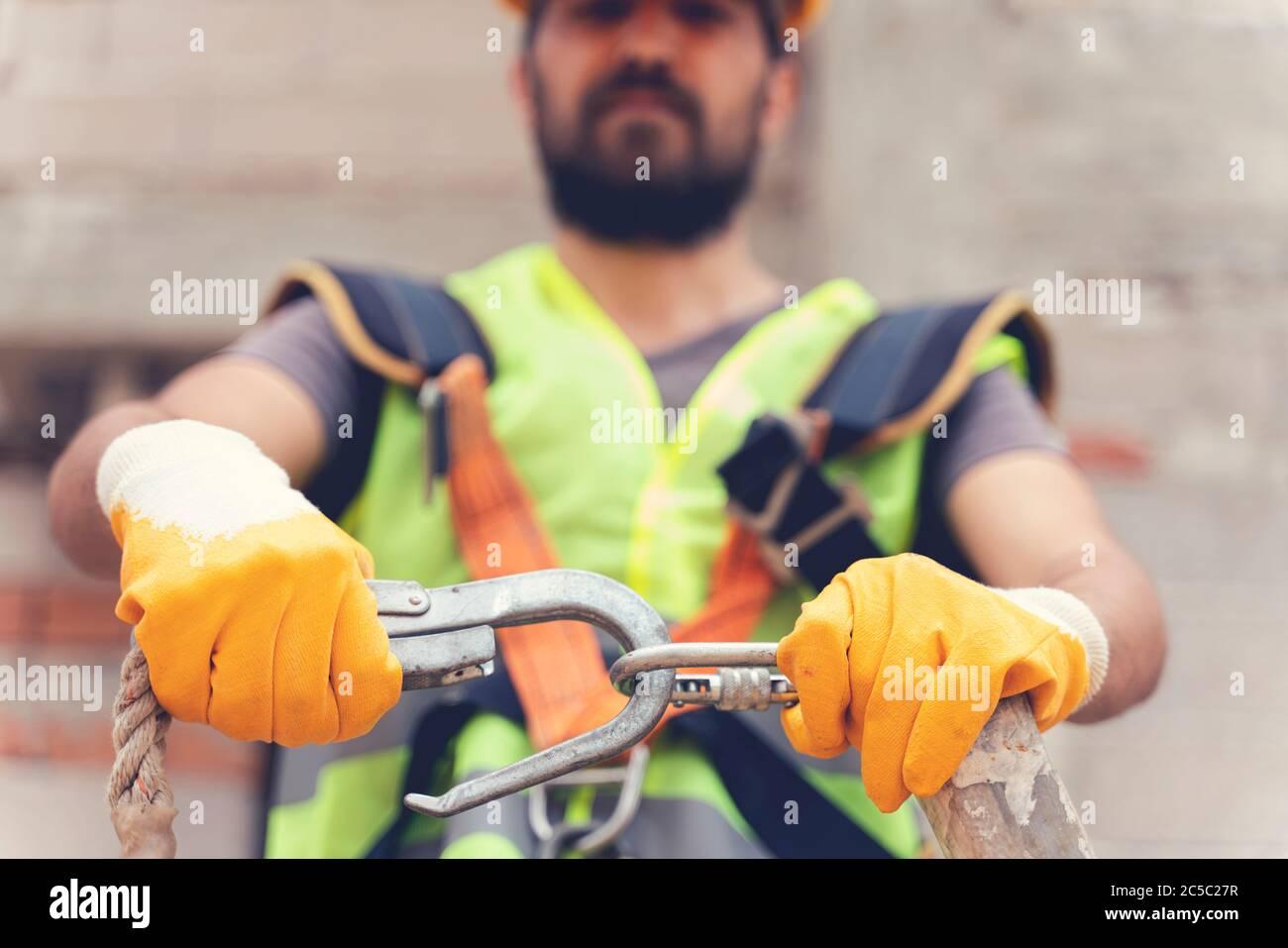 Travail en hauteur. Dispositif antichute pour travailleur avec crochets doubles pour harnais de sécurité sur une mise au point sélective. La construction comme un backgroun Banque D'Images